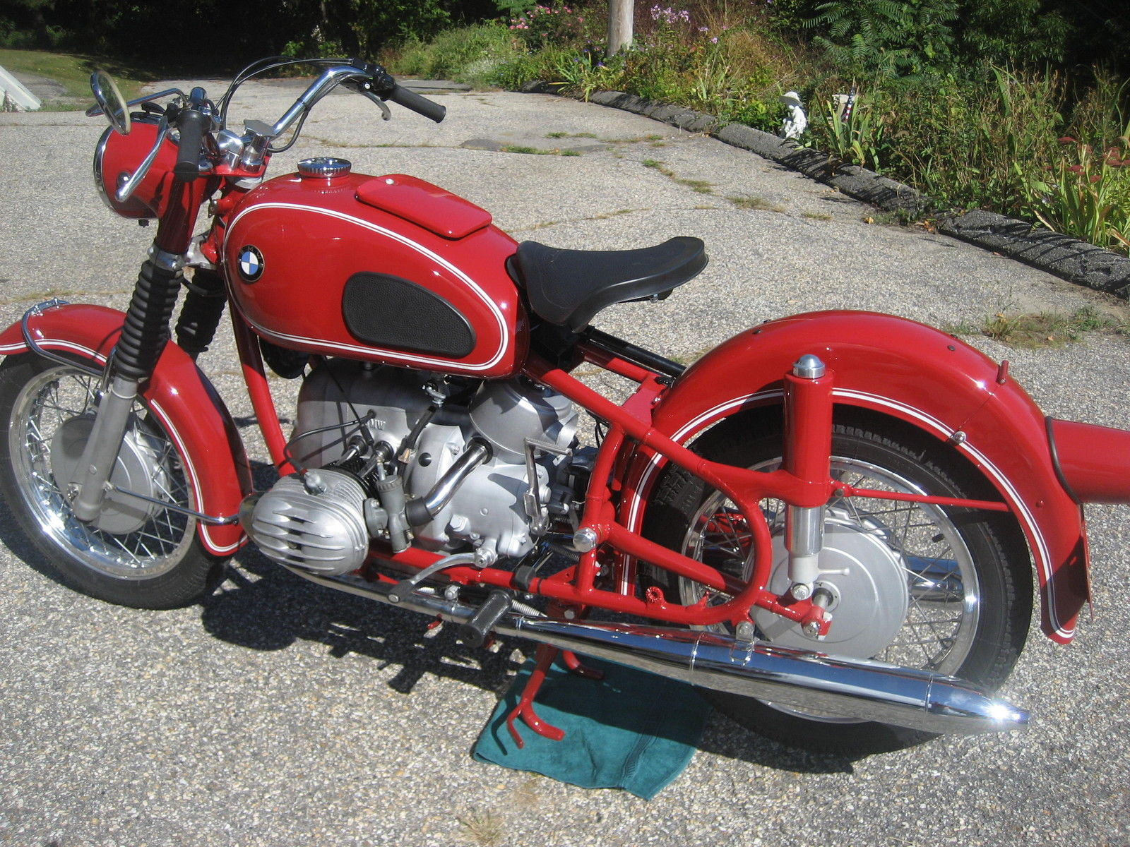 BMW R60 - 1969 - Left Side View, Frame, Seat, Rear Wheel, Suspension, Motor and Handlebars.