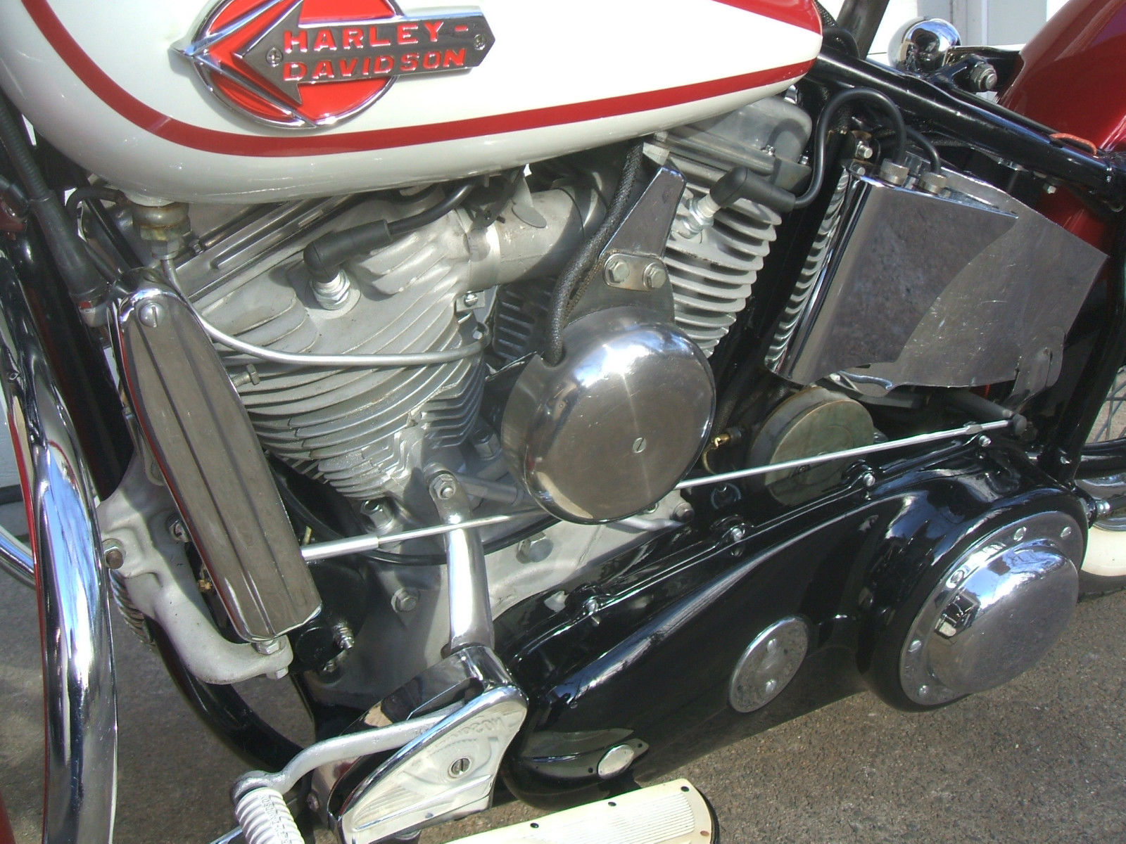 Harley-Davidson Panhead - 1960 - Gear Linkage, Horn, Motor, Heads and Transmission.
