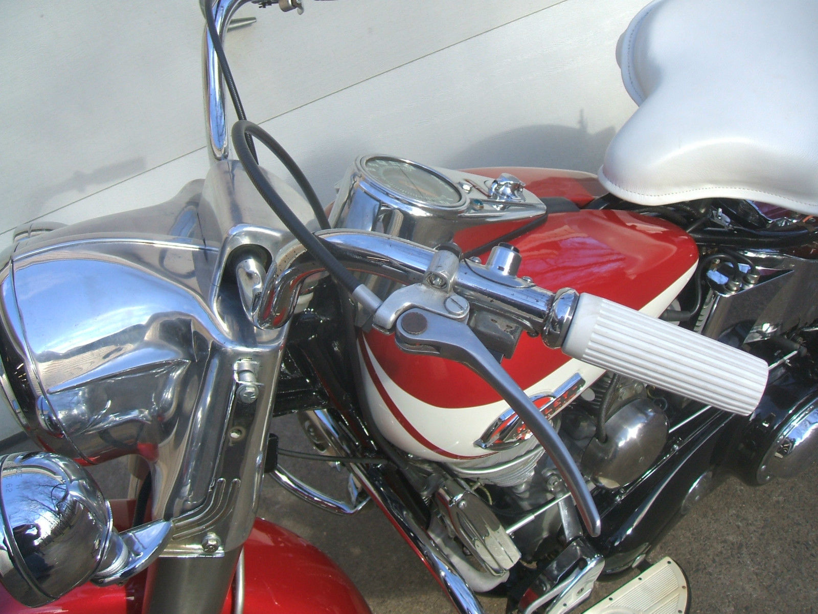Harley-Davidson Panhead - 1960 - Handlebars, Head Light, Brake and Gas Tank.