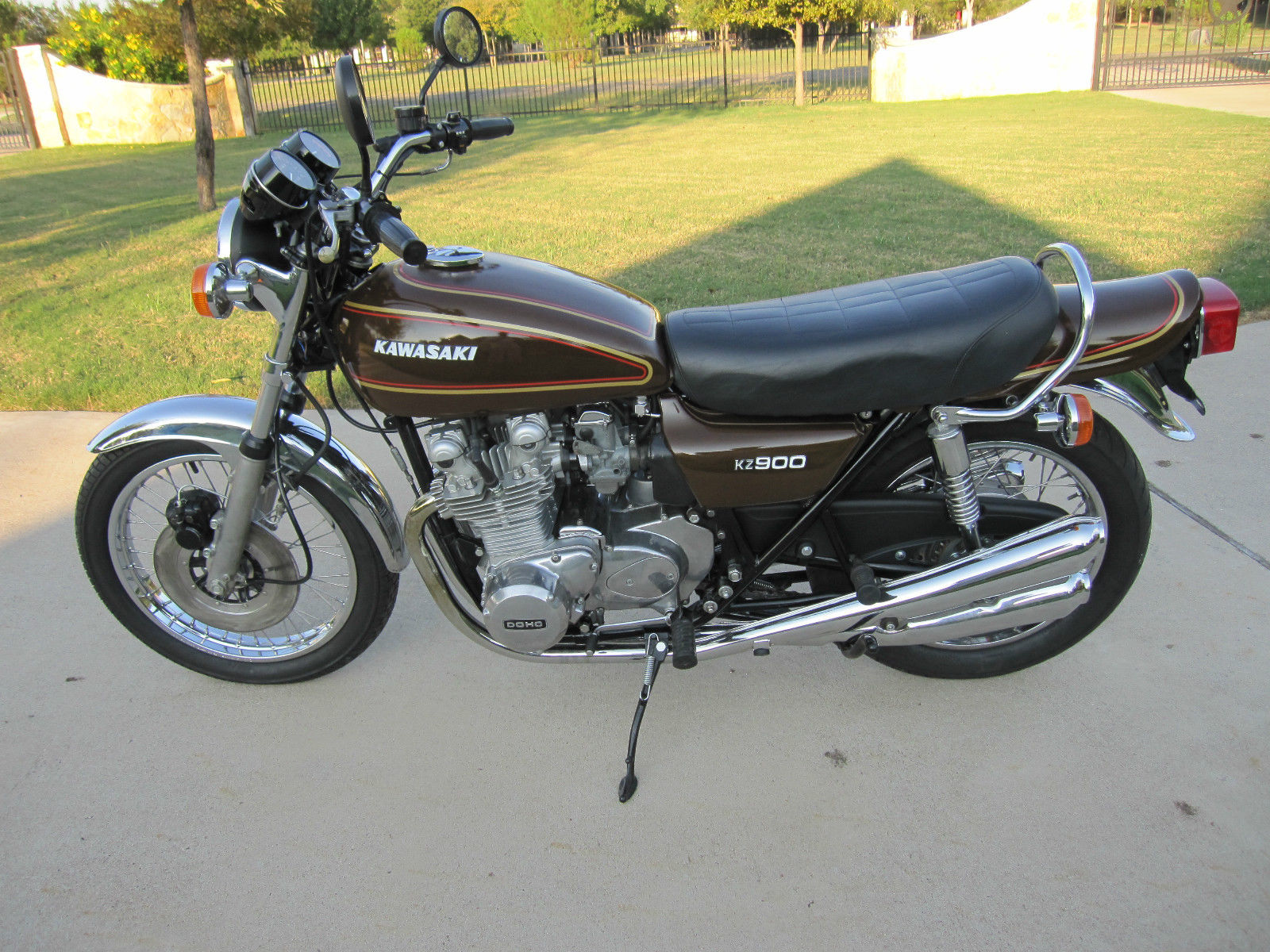 Kawasaki KZ900 - 1976 - Left Side View, Saddle, Petrol Tank, Engine and Gearbox, Exhaust and Wheels.