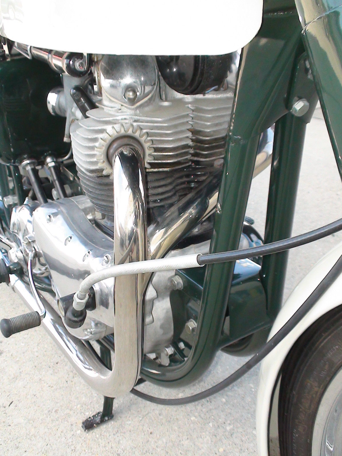 Norton Dominator 88 - 1960 - Exhaust, Frame, Cables and Rocker.