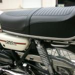 Yamaha RD250B - 1975 - Seat, Side panel and Shock Absorber.