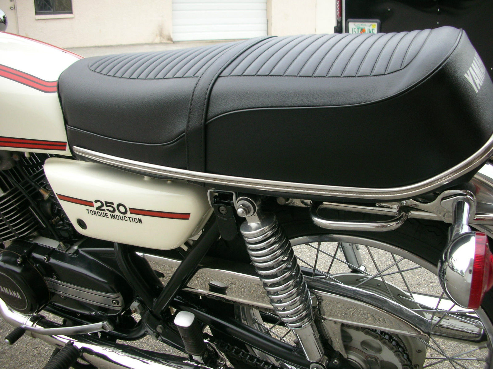 Yamaha RD250B - 1975 - Seat, Side panel and Shock Absorber.