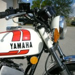 Yamaha RD250B - 1975 - Gas Tank, Flasher and Reflector.