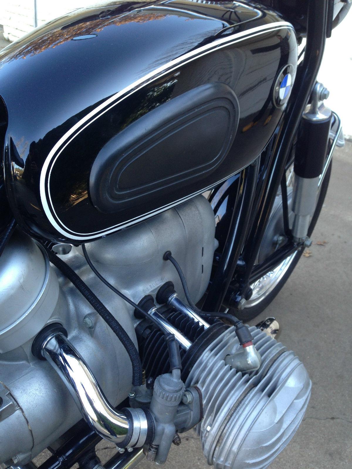 BMW R60/2 - 1967 - Knee Pad, Pin Stripes, Push Rod Tubes and Engine.