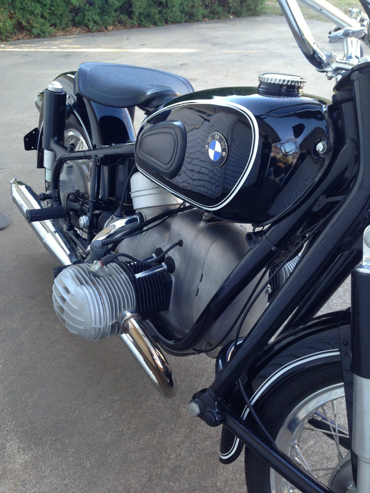 BMW R60/2 - 1967 - BMW Badge, Header, Frame and Engine.