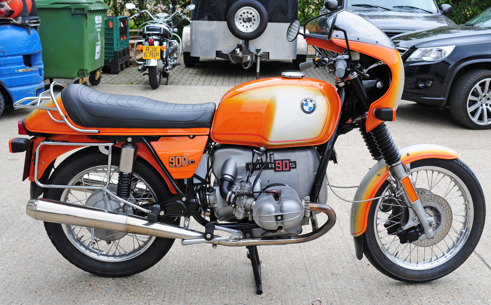 BMW R90S - 1976 - Right Side View, Gas Tank Fenders, Motor and Transmission.