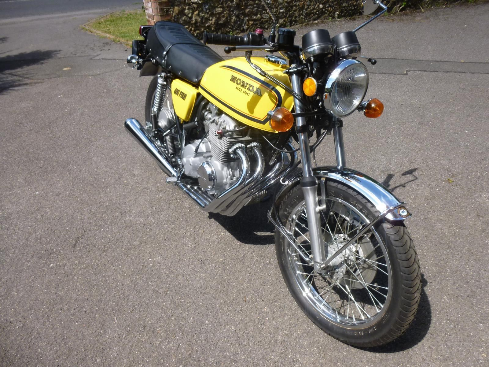 Honda CB400/4 - 1976 - Motor and Transmission, Downpipes, Forks and Wheel.