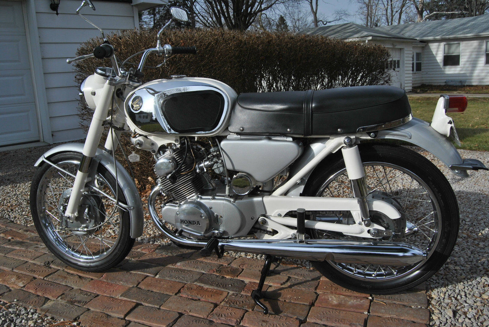 Honda CB160 Sport - 1969 - Left Side View, Petrol Tank, Engine and Transmission, Side Panel and Seat.