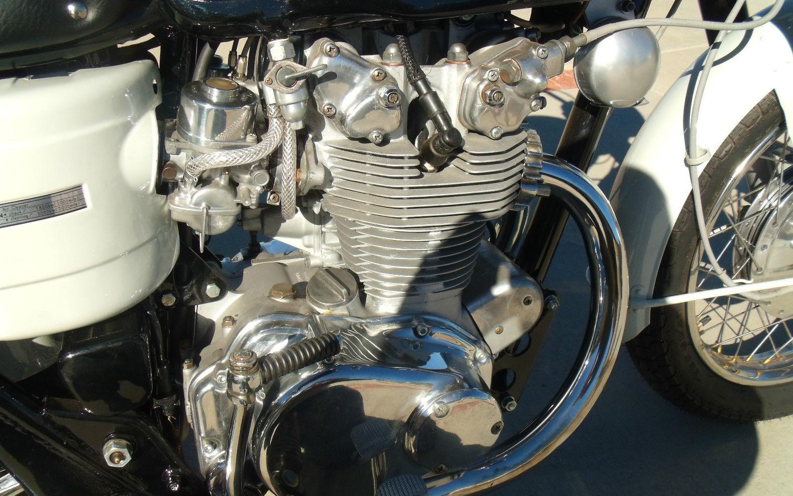 Honda CB450 Black Bomber - 1967 - Motor and Transmission, Cylinder Head, Spark Plug and Carburettor.