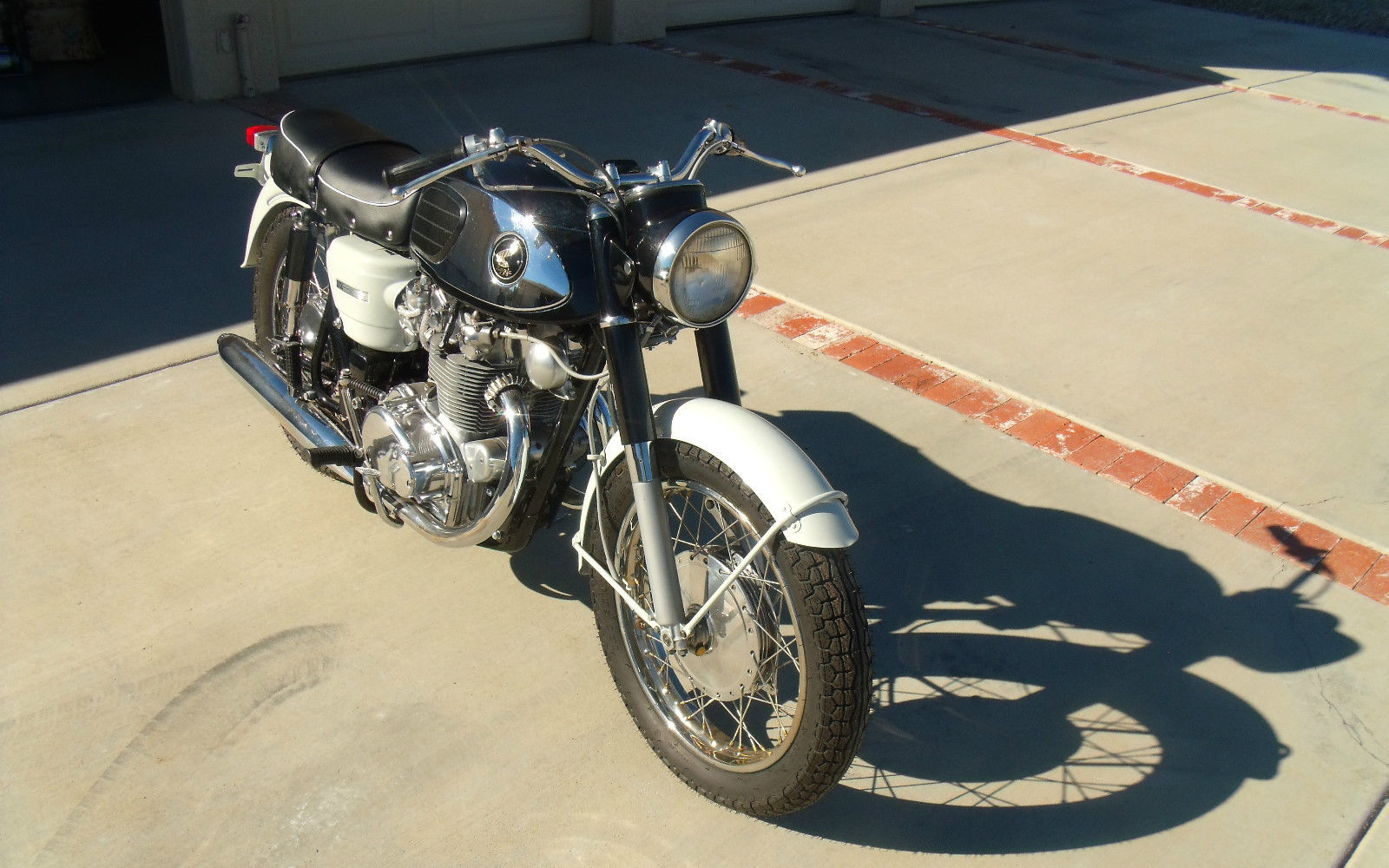 Honda CB450 Black Bomber - 1967 - Handlebars, Headlight and Levers.