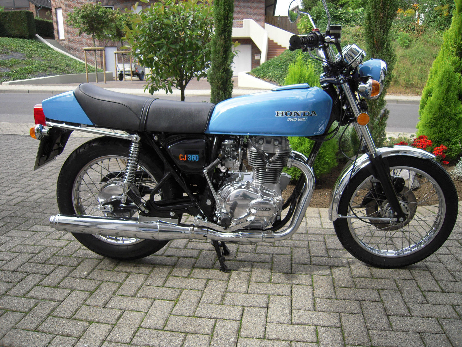Honda CB360 - 1979 - Right Side View, Exhaust Muffler, Kick Start, Stand and Gas Tank.