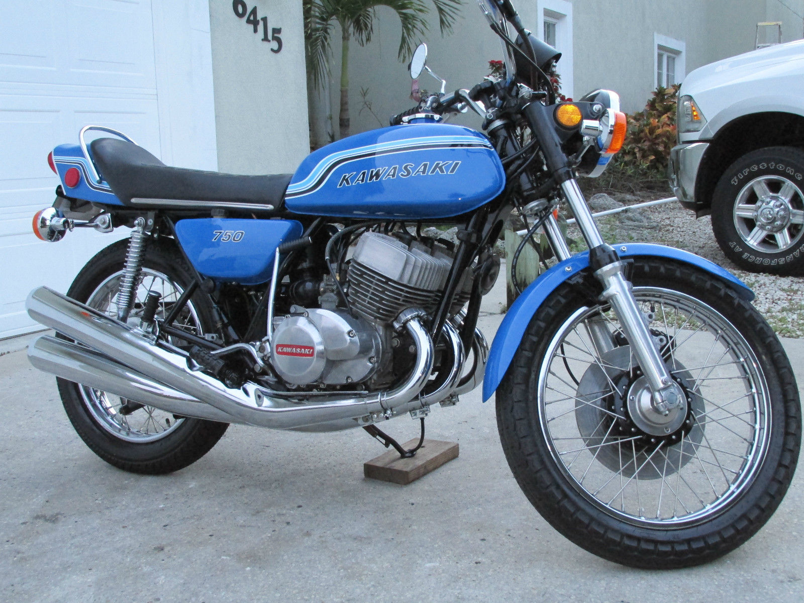 Kawasaki H2 - 1972 - Engine and Gearbox, Carburettors, Wheels and Brakes.