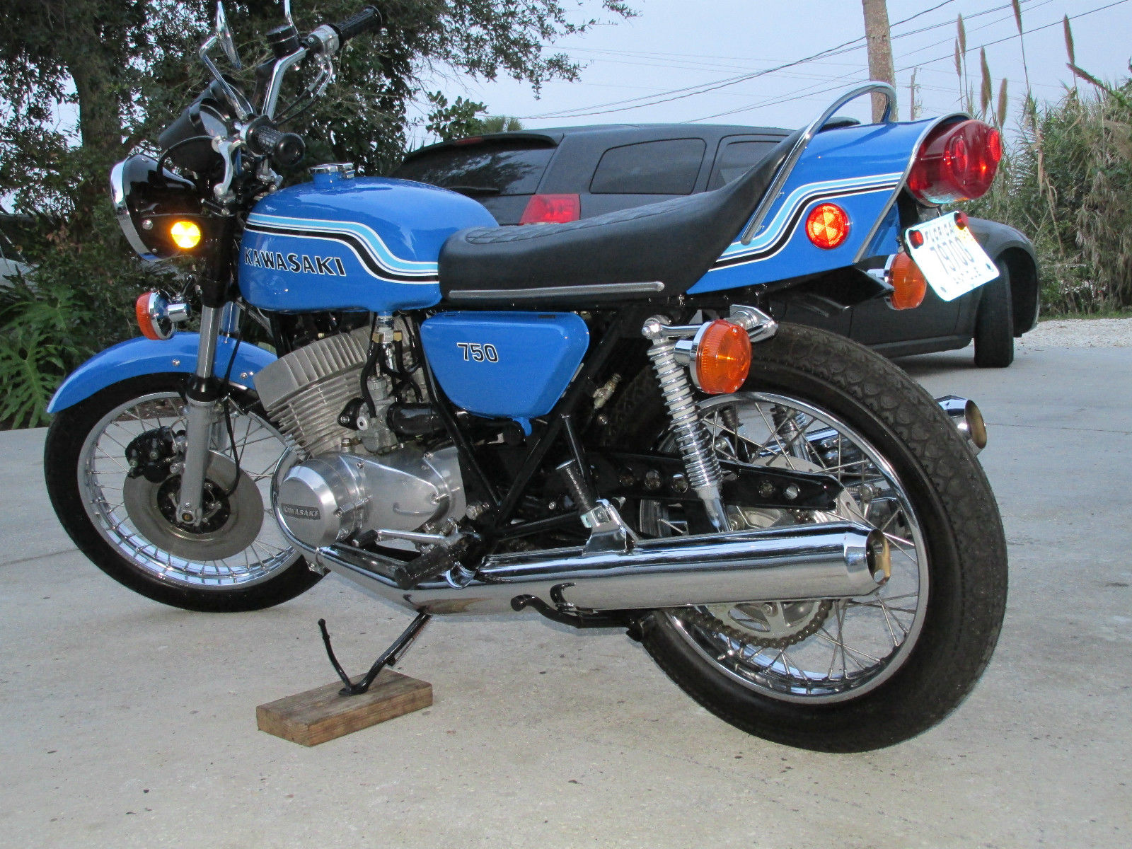 Kawasaki H2 - 1972 - Engine and Gearbox, Side Panel, Grab Rail and Muffler.