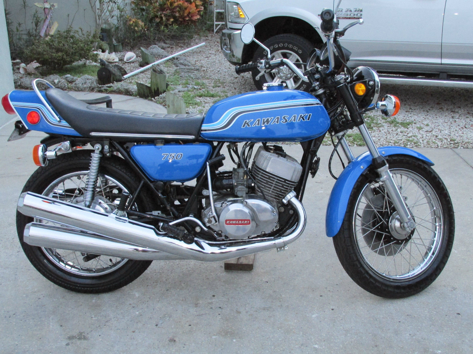 Kawasaki H2 - 1972 - Motor and Transmission, Exhausts, Tank and Side Panels.