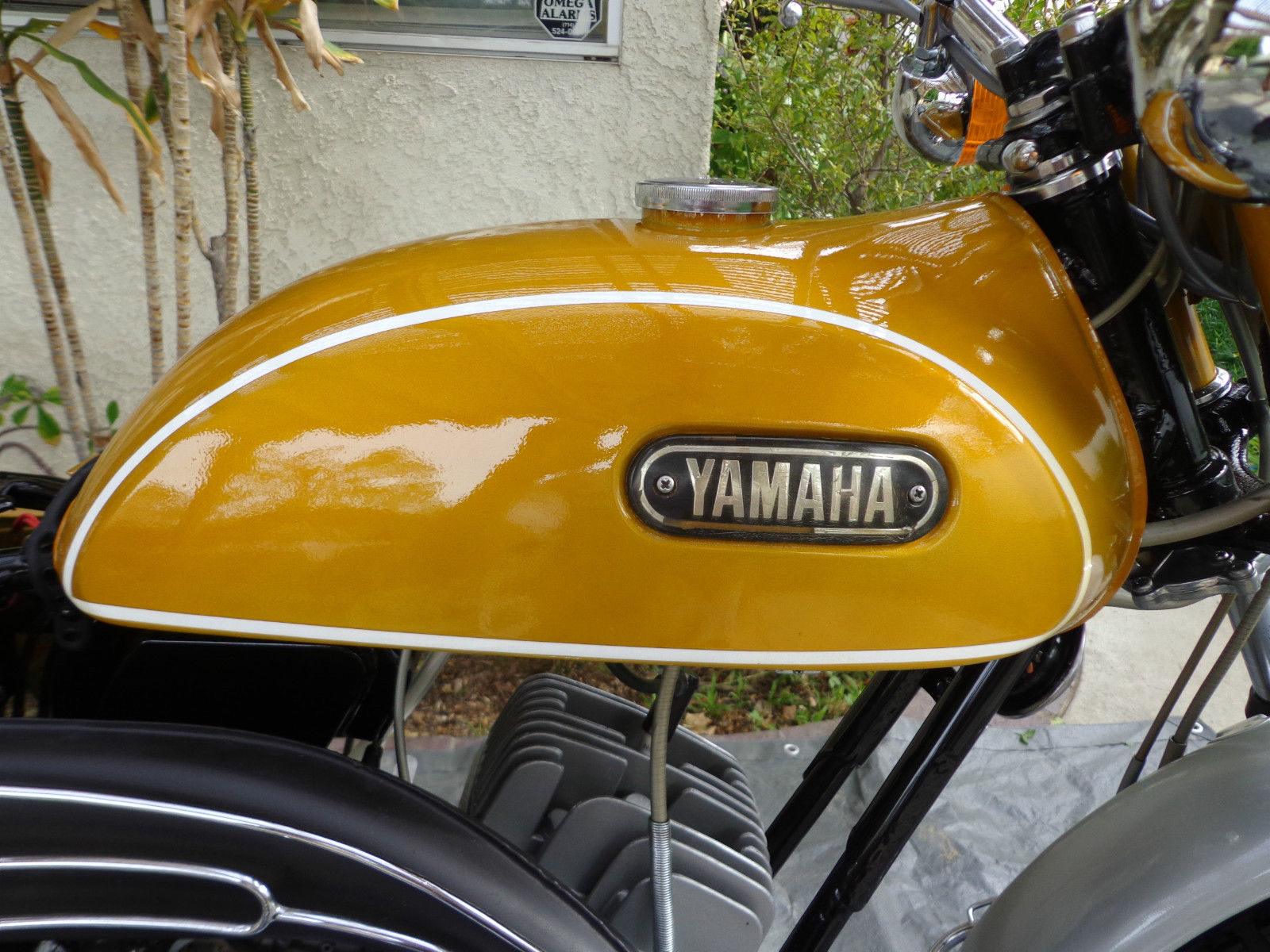 Yamaha CT1 175 Enduro - 1971 - Gas Tank, Yamaha Badge and Cylinder Head.