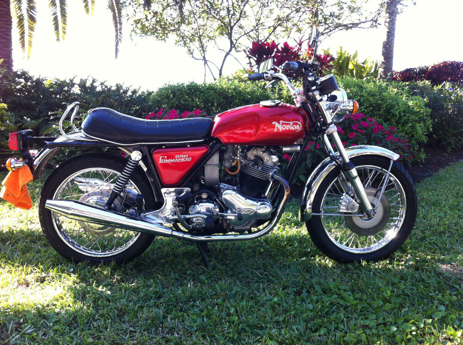 Norton Commando 850 - 1974 - Right Side View, Seat, Petrol Tank, Muffler, Wheels, Frame and Forks.