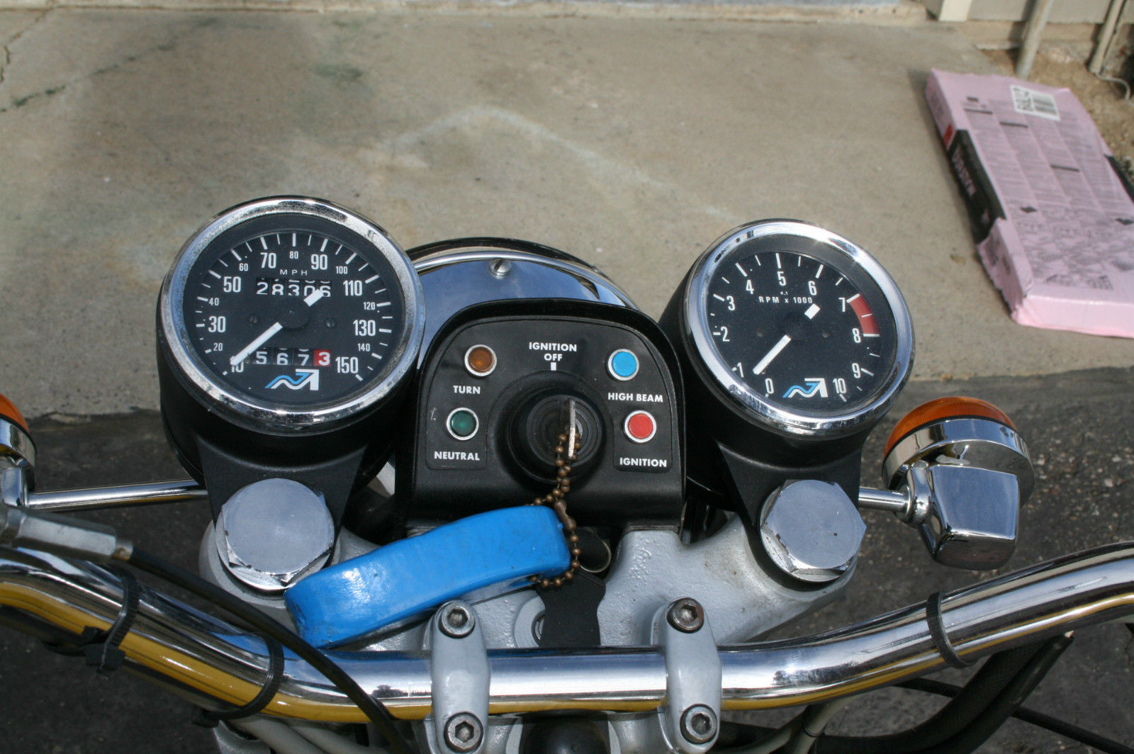 Norton Commando 850 - 1975 - Ignition Switch, Speedo Tacho and Handlebars.
