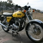 Norton Commando 850 - 1975 - Headlight, Front Forks, Front Wheel and Fender.