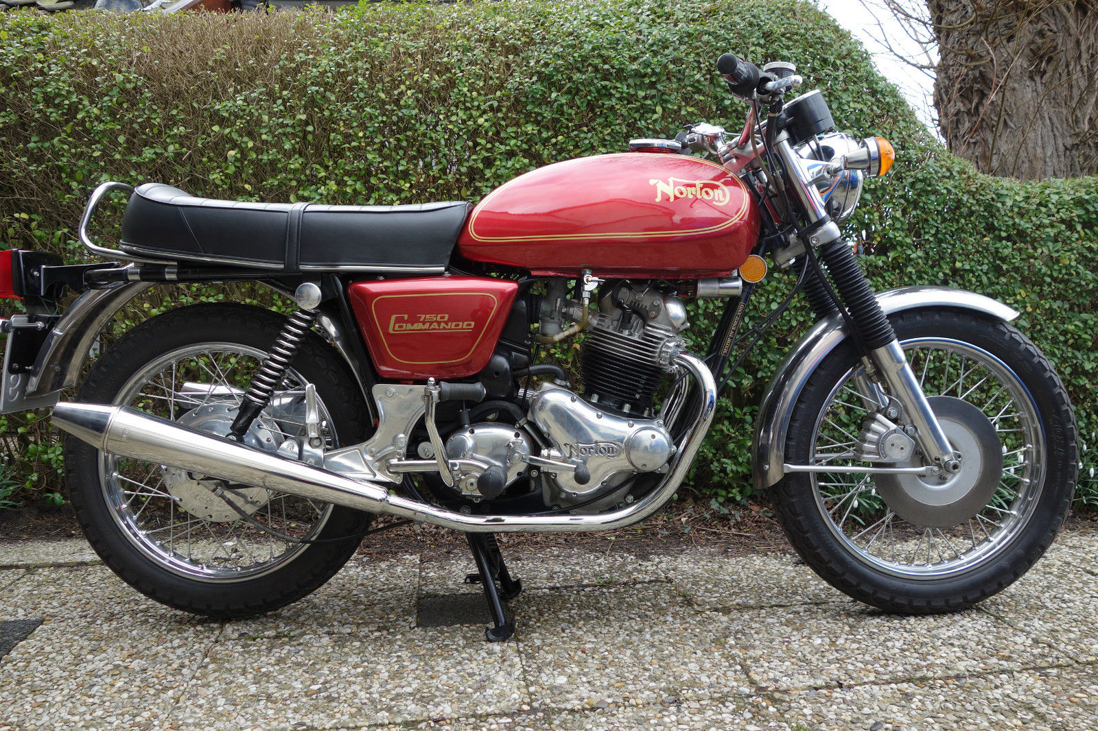 Norton Commando 750 - 1971 - Right Side View, Engine and Gearbox, Seat, Gas Tank, Timing Cover, Shocks, Frame and Forks.