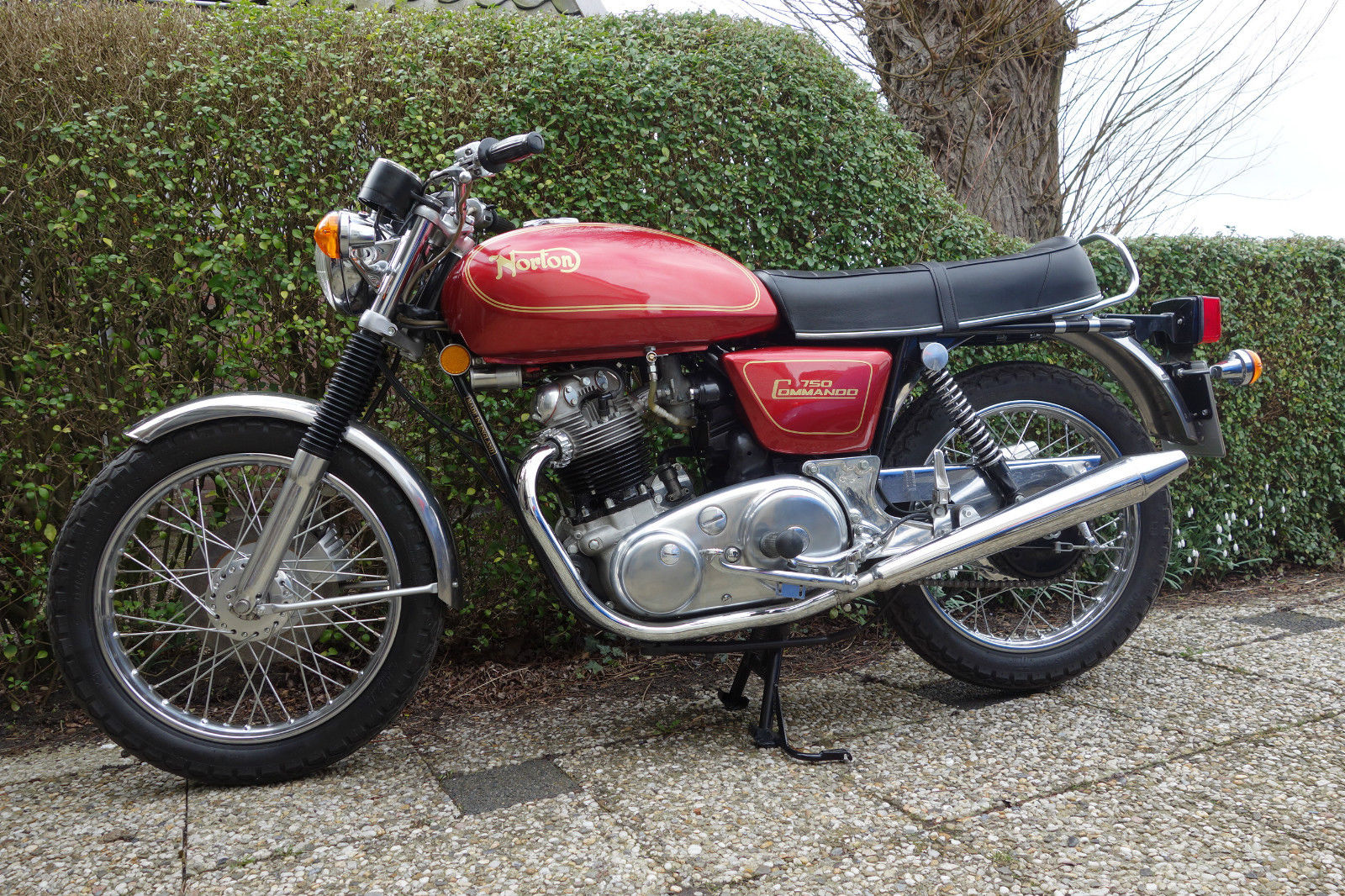 Norton Commando 750 - 1971 - Left Side View, Motor and Transmission, Fuel Tank, Side Panel, Frame and Forks.