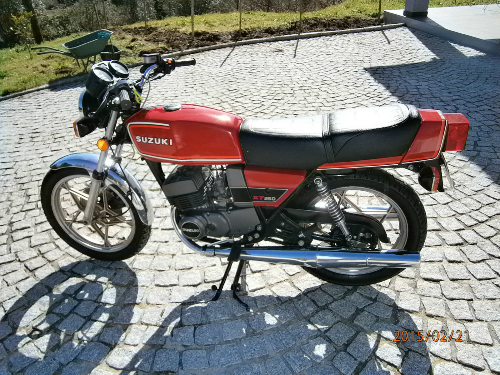 Suzuki X7 - 1982 - Left Side View, Gold Wheels, New Style Indicators,