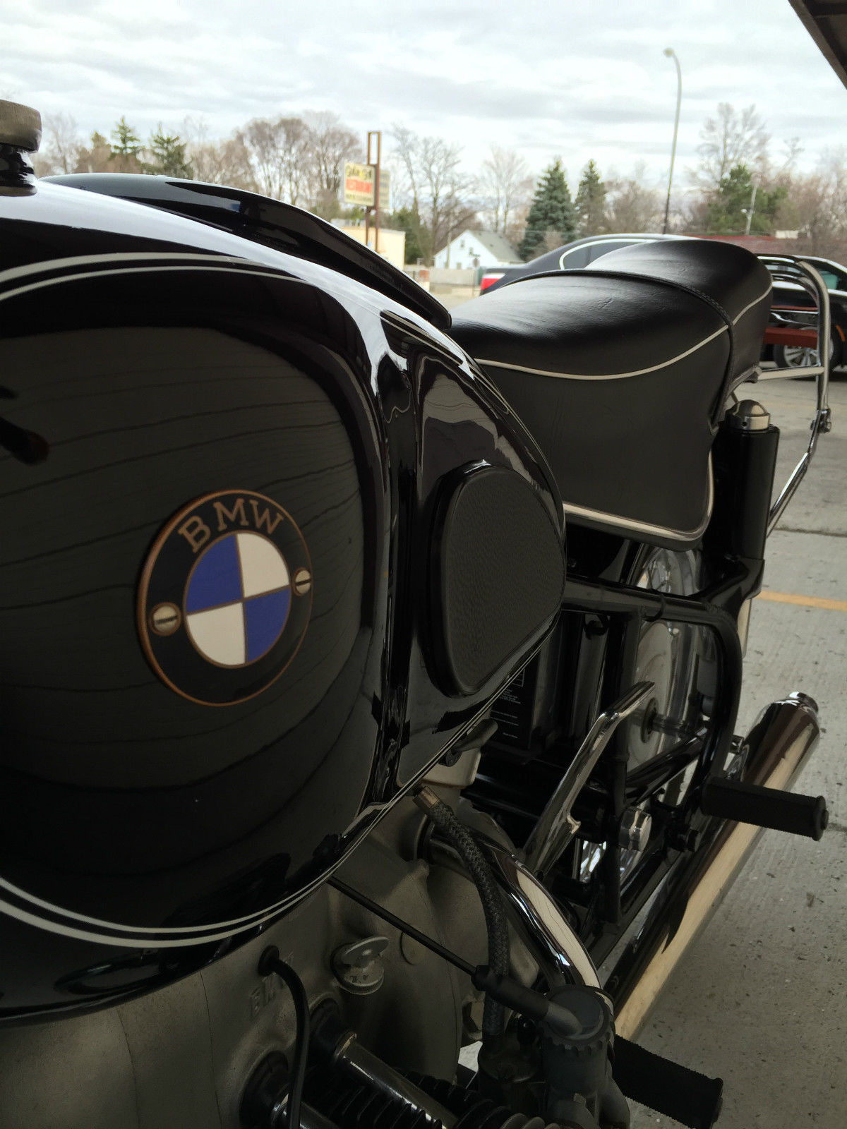 BMW R60/2 - 1965 - Fuel Tank, BMW Badge, Knee Pad and Seat.
