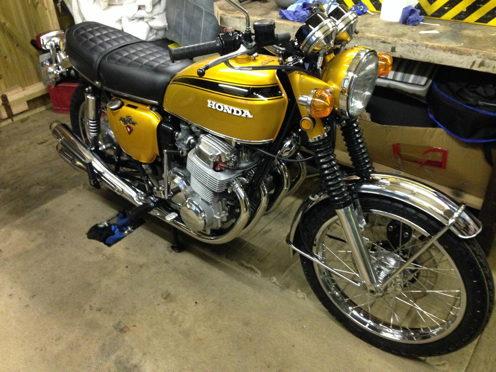 Honda CB750 K1 - 1970 - Tank and Side Panels, Front Wheel, Spokes, Wheel Rim, Forks and Headlight.