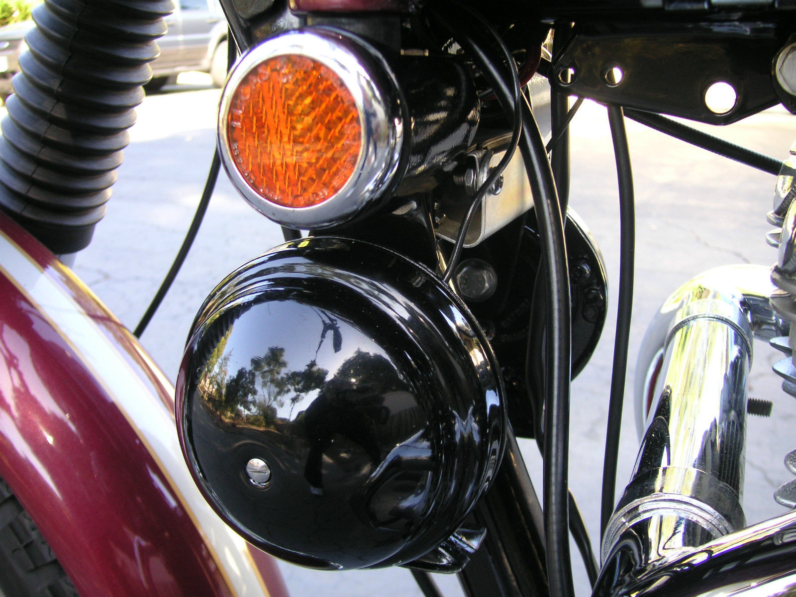 Triumph Bonneville - 1970 - Period Horns, Reflector and Cables.
